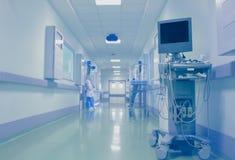 Pessoal médico no vestíbulo do hospital no fundo da técnica imagem de stock royalty free