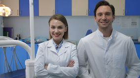 Pessoal médico que sorri na câmera com sorriso brilhante filme