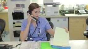 Pessoal médico que trabalha na estação das enfermeiras filme