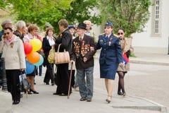 Pessoal militar do veterano que ajuda a passar através da multidão em um evento de gala Imagens de Stock