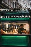 Pessoal que trabalha o suporte no Zum Goldenen Wursten 'das salsichas douradas em Viena, Áustria fotografia de stock