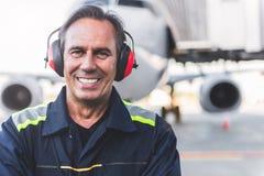 Pessoal técnico de sorriso que situa no airdrome Imagem de Stock