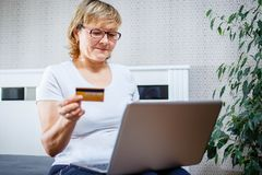 Pessoas adultas e conceito moderno da tecnologia O retrato de um 50s amadurece a mão da mulher que guarda o cartão de crédito, us Fotos de Stock