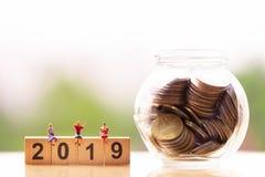Pessoas adultas e palavra 2019 do bloco de madeira no fundo da natureza; economia do dinheiro imagens de stock royalty free