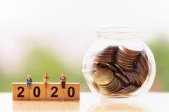 Pessoas adultas e palavra 2020 do bloco de madeira no fundo da natureza imagem de stock royalty free