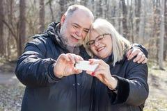 Pessoas adultas idosas superiores felizes de Selfie dos pares Fotografia de Stock Royalty Free