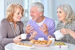 Pessoas adultas que comem o café da manhã Foto de Stock