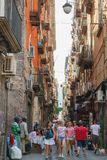 Pessoas comuns e caminhada dos turistas em Nápoles Foto de Stock Royalty Free