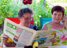 Pessoas idosas de relaxamento no ar fresco imagem de stock