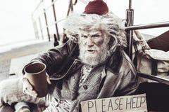 Pessoas idosas dispersas que sentam-se perto dos trilhos e que colam para desconhecido foto de stock royalty free