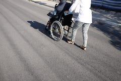 Pessoas idosas na cadeira de rodas Foto de Stock Royalty Free