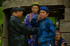 Pessoas idosas que vestem a roupa tradicional durante o festival do búfalo Imagens de Stock