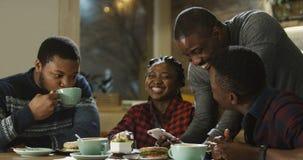 Pessoas negras que têm o divertimento no bar imagem de stock royalty free