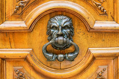 Pessoas que bate à porta idosas em Aix-en-Provence, França Foto de Stock Royalty Free