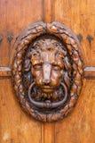 Pessoas que bate à porta idosas em uma porta de madeira em Aix-en-Provence Foto de Stock