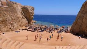 Pessoas relaxam, jogam voleibol e banho de sol na praia do Egito vídeos de arquivo