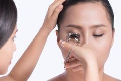 Pestaña que se encrespa del artista de maquillaje para el modelo asiático imágenes de archivo libres de regalías