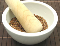 Pestare seme di lino marrone fotografia stock libera da diritti