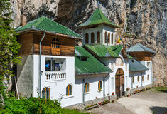 Pestera kloster i Carpathian berg Arkivbild