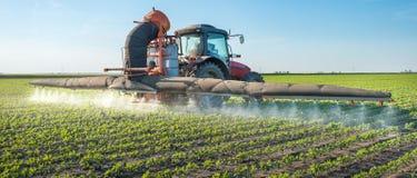 Pesticides de pulvérisation de tracteur Photo libre de droits
