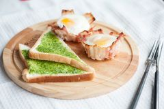 Pesto στη φρυγανιά και αυγό στο μπέϊκον για το πρόγευμα Στοκ εικόνα με δικαίωμα ελεύθερης χρήσης