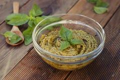 Pesto базилика в стеклянном шаре на деревянном столе Закройте вверх по еде стоковое фото