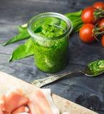 Pesto дикого чеснока в стекле стоковые фотографии rf
