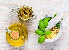 Pesto avec Olive Oil, le pilon et le mortier dans la vue supérieure photographie stock libre de droits