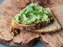 Pesto d'Arugula avec la noix Sandwich avec le pesto d'un plat en bois nourriture saine de végétarien de petit déjeuner Foyer séle images libres de droits