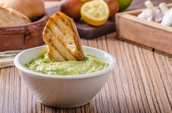 Pesto de basilic d'avocat avec du pain grillé Photo stock