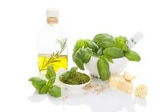 Pesto de la albahaca con los ingredientes Foto de archivo libre de regalías