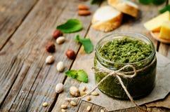 Pesto de pignons d'amandes de pistaches de noisettes de menthe de Basil Photos libres de droits