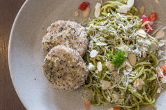 Pesto dos espaguetes com galinha imagem de stock