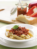 Pesto för röd peppar och macadamiapå penne Arkivfoto