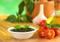 Pesto frais et tomates-cerises Image stock