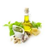 Pesto fresco ed i sui ingredienti immagini stock libere da diritti