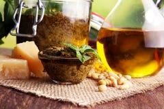 Pesto genovese - παραδοσιακή ιταλική πράσινη σάλτσα βασιλικού με το πεύκο Στοκ Εικόνα