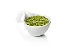 Pesto Genovese dans un bateau de sauce au jus Photo libre de droits