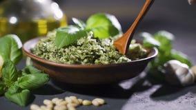 Pesto genovese di basilico fresco, dei pinoli, dell'olio d'oliva vergine extra, del formaggio grattugiato e del formaggio fresco  archivi video