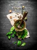 Pesto i en mortel med vitlök och olivolja Royaltyfri Foto