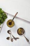 Pesto kumberland w kumberlandu pucharze na białym drewnianym stole Obrazy Royalty Free