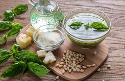 Pesto med ingredienser på trätabellen Arkivbild