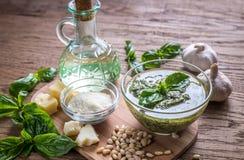 Pesto med ingredienser på trätabellen Royaltyfri Bild