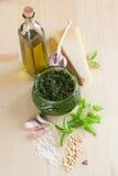 Pesto met ingrediënten Stock Foto's