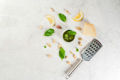 Pesto mit Bestandteilen auf einer weißen Tabelle Lizenzfreie Stockbilder