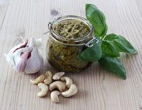 Pesto mit Knoblauch, Acajoubäumen und Basilikum Stockbild