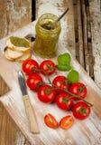 Pesto och körsbärsröda tomater Arkivbild