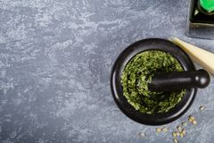 Pesto preparado en el mortero Imagenes de archivo