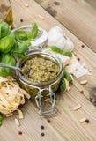 Pesto sås med ingredienser Fotografering för Bildbyråer