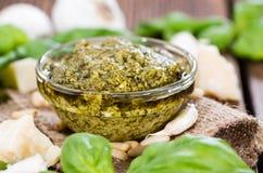 Pesto-Soße in einer kleinen Schüssel Stockfoto